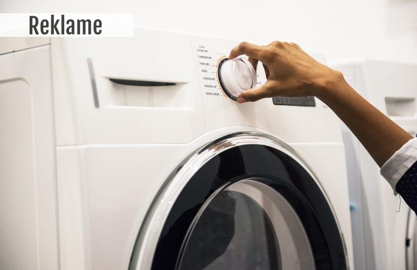 Person indstiller vaskemaskine
